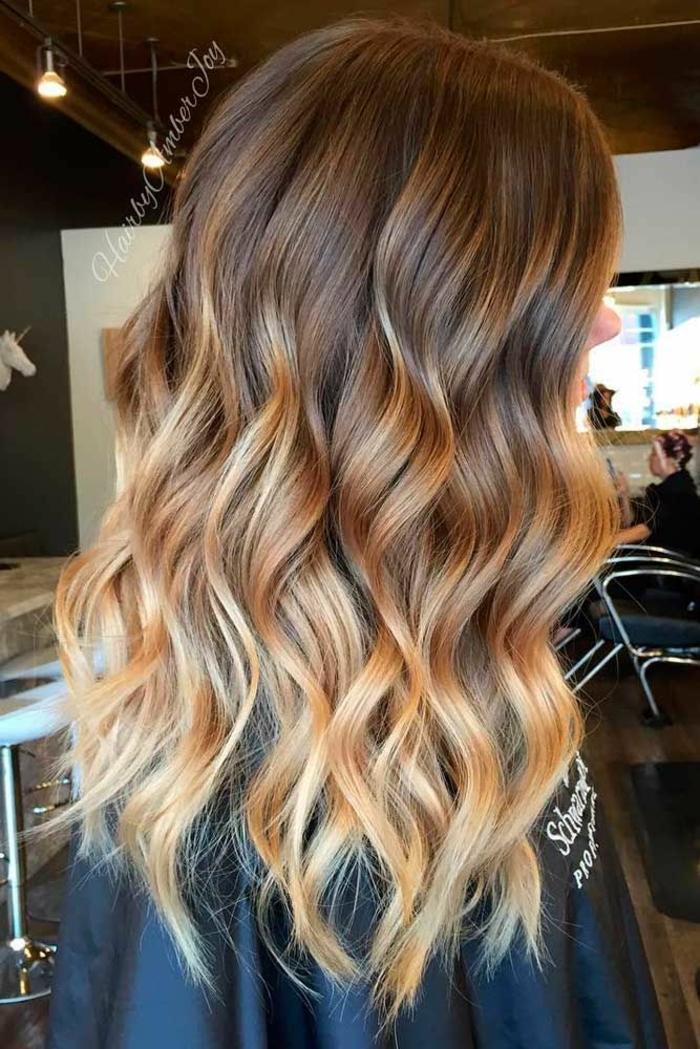cabellera con mechones rubios, pelo ondulado color avellana con mechas en color dorado, tendencias pelo con balayage