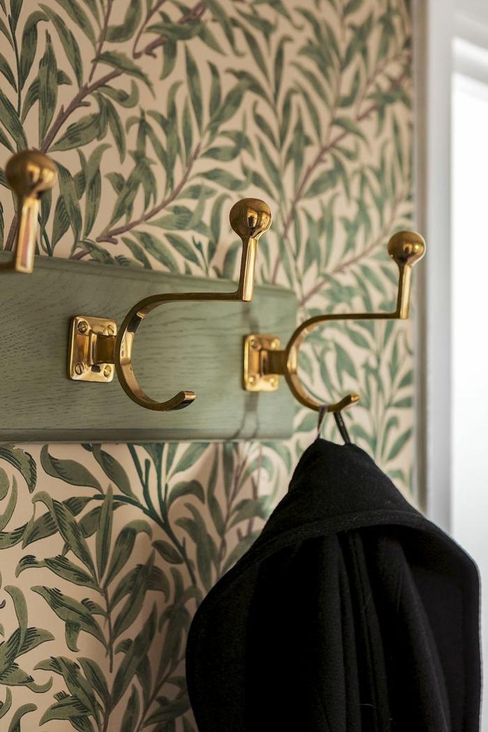 como decorar las paredes de tu recibidor, recibidores pequeños, papel pintado en blanco y verde con motivos botánicos