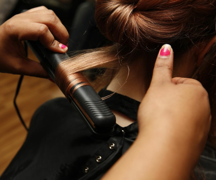 ideas de peinados con ondas, cabello muy largo color cobrizo con preciosas ondas en las puntas hechas con plancha