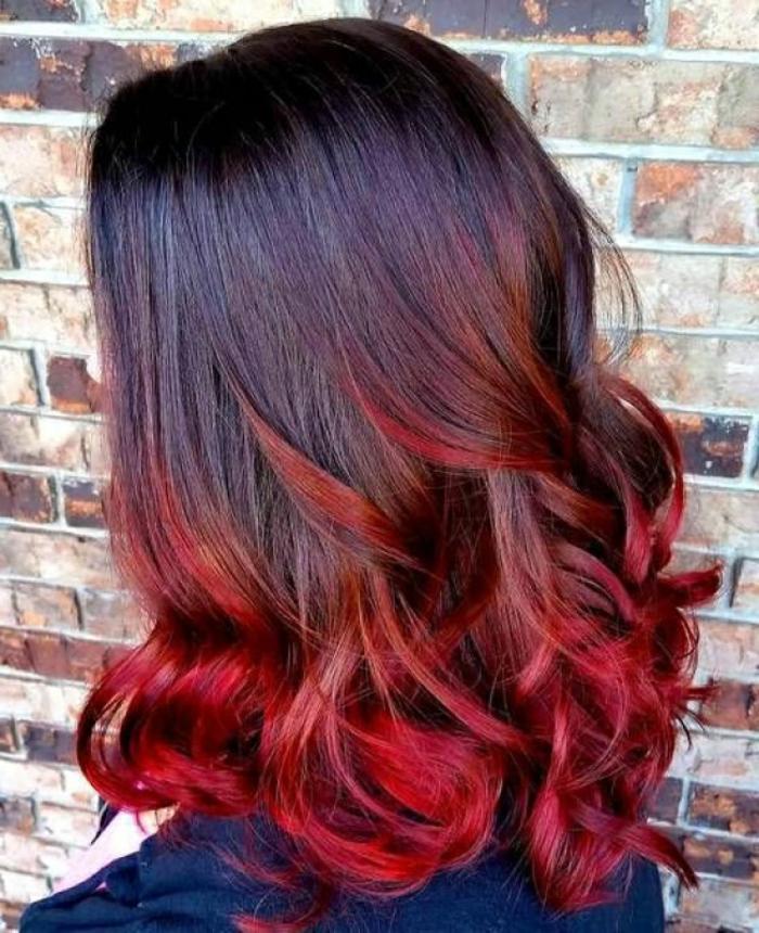mechas balayage en colores llamativos, pelo castaño osvuro con puntas teñidas en rojo cereza, tendencias en los peinados 2018