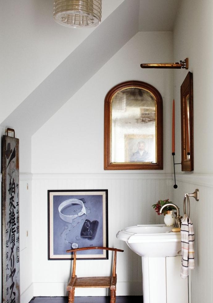 ideas para decorar el baño con espejos vintage, baño de tamaño muy pequeño con decoración de cuadros decorativos y espejos