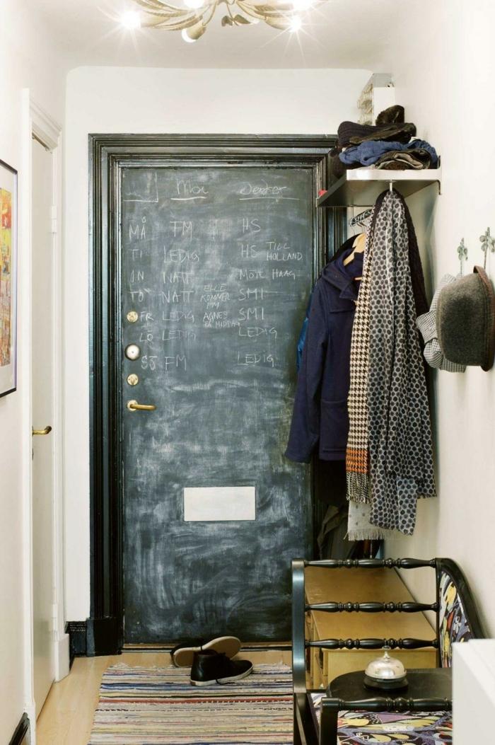 idea original para tu casa, puerta pizarra, recibidores modernos y originales, percheros colgados en la pared