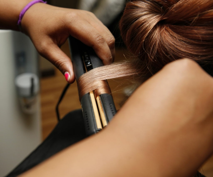 pasos para ondular el pelo con una plancha, peinados con ondas modernos 2018, cabello largo color cobre