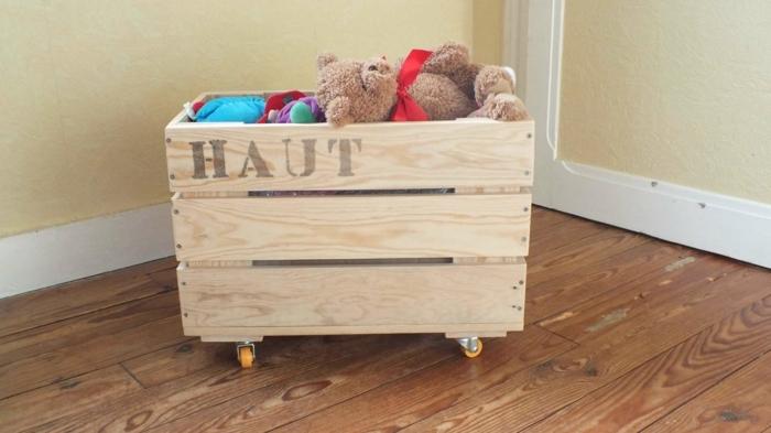 propuesta original para decorar el dormitorio infantil, cajas de madera para almacenar cosas