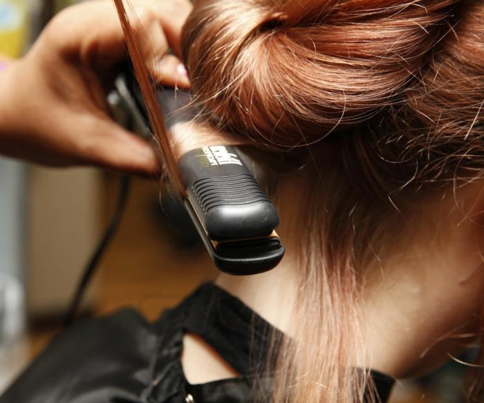 tutorial detallado sobre como rizar el pelo con una plancha, peinados con ondas que están en tendencia