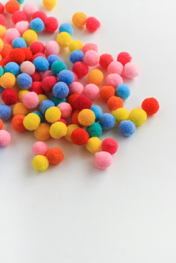 como elaborar unos pequeños pompones de lana divertidos en diferentes colores, manualidades originales con hilo