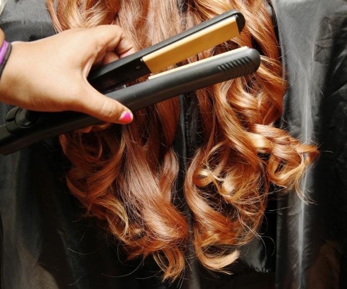 mujer con pelo muy largo pelirojo y preciosas ondas en las puntas, cómo hacer ondas en el pelo con plancha