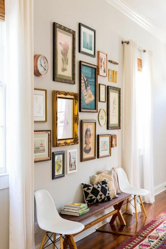 composición de pinturas y cuadros decorativos en la pared, recibidores pequeños de encanto, dos sillas pequeñas y un banco de madera