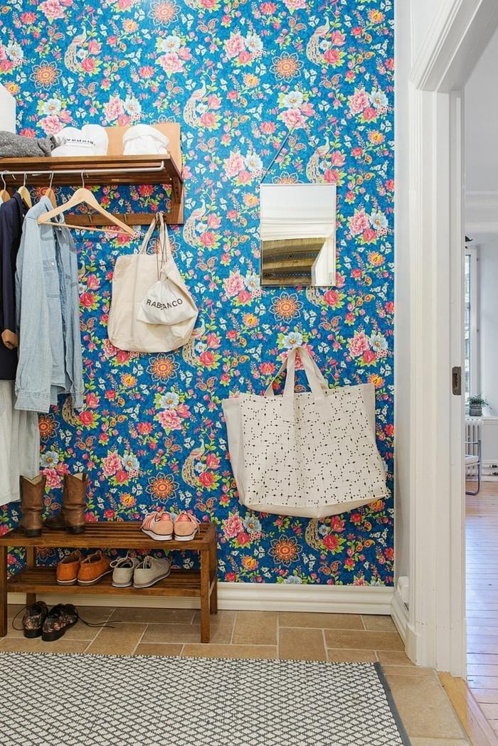 ejemplos de recibidores ikea, bonita entrada con pared cubierta con papel pintado con motivos florales en colores