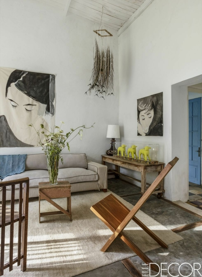 decoración de salones modernos, salón en colores claros con sofá en beige y cuadros decorativos en la pared