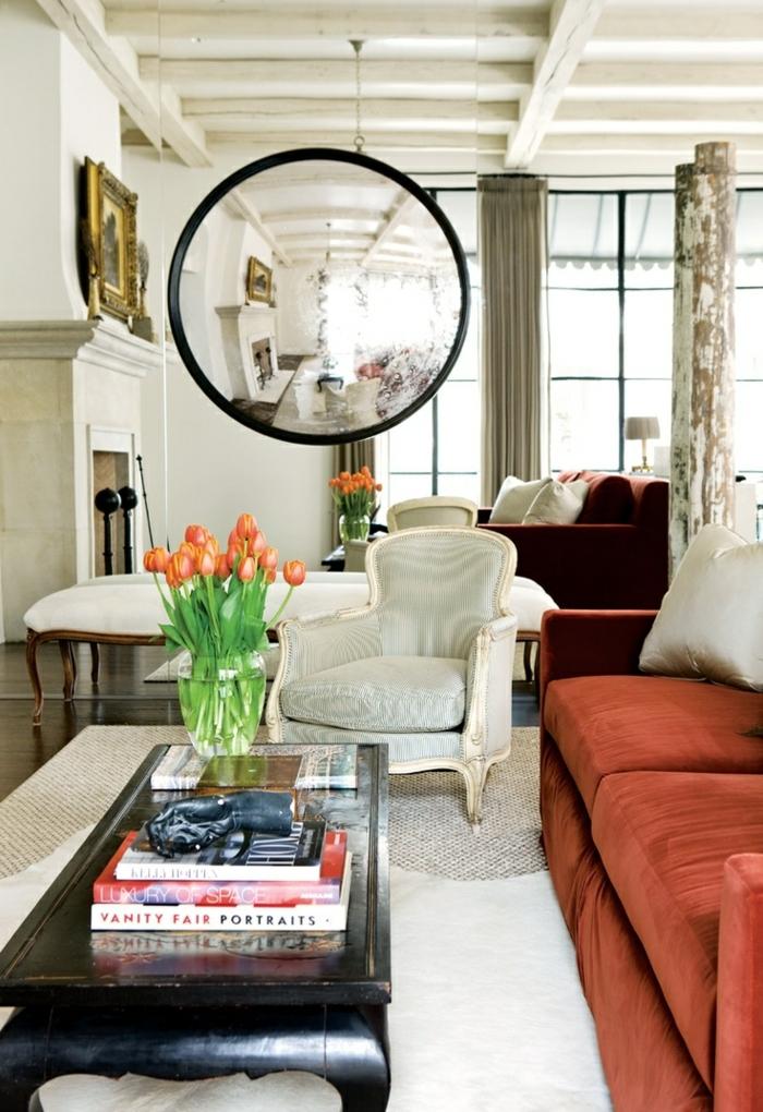 precioso salón con decoración en estilo vintage, ejemplos de espejos vintage, sofá en color salmón y mesa de madera