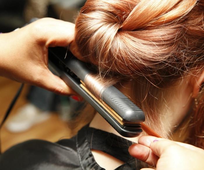 cabello recogido en moño color cobre, pasos detallados para rizar tu melena, peinados con ondas fáciles de hacer