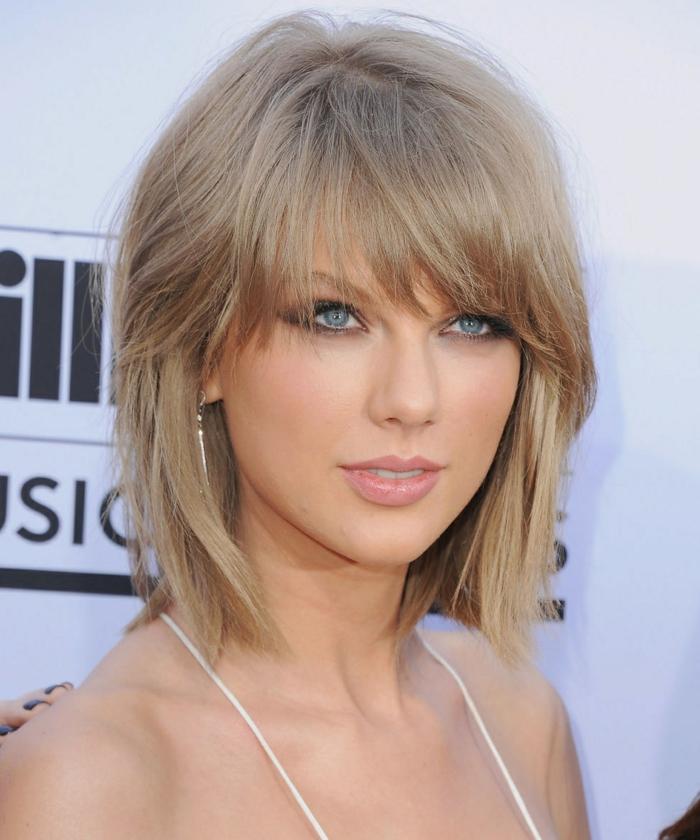 melena con flequillo, idea de peinados pelo corto liso, corte a capas con cerquillo largo denso, cantante Tylor Swift