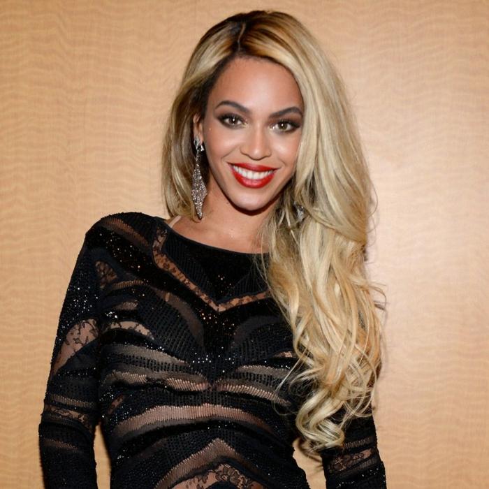 Beyonce con una melena larga y rubia peinada a un lado y ondas en las puntas del cabello, peinados con ondas modernos 2018