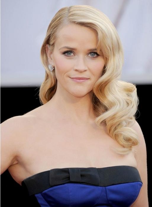 peinados con ondas elegantes en la alfombra roja, Reese Widerspoone con cabello rubio ondulado peinado a un lado