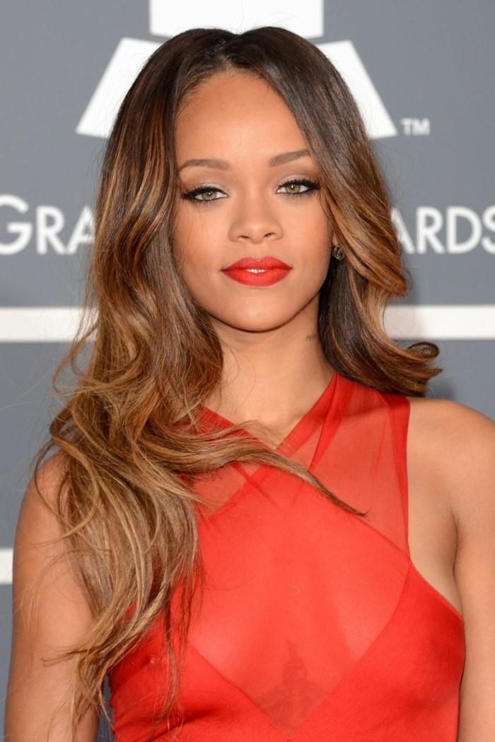 estrellas en la alfombra roja con mechas balayage, mechas californianas claras en pelo castaño. Rihanna con un vestido atrevido en color rojo fuego