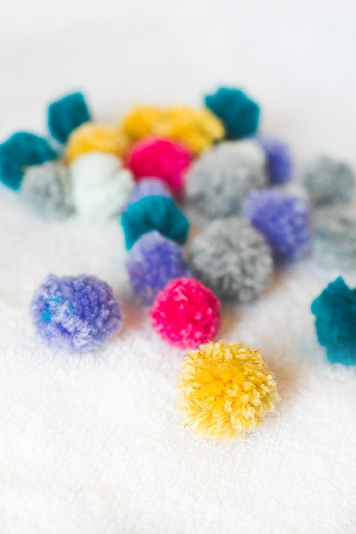 pompones de lana en diferente tamaño y color, manualidades originales para decorar la casa paso a paso