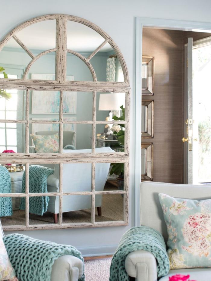 interior en estilo provenzal, espejos vintage con marcos de madera efecto desgastado, muebles y detalles en colores pastel