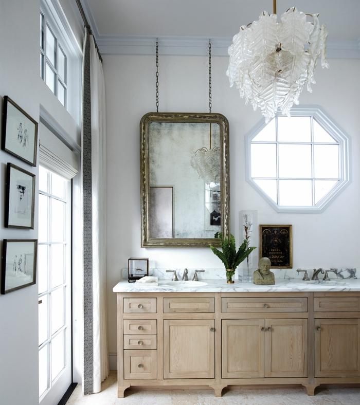 como decorar la casa con espejos vintage, grande espejo con marco dorado colgado en la pared, lámpara de araña en blanco