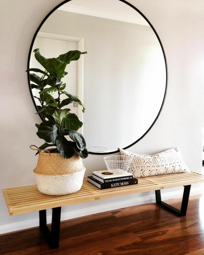 recibidor de encanto, espejos redondos para pared, espejo muy grande de forma oval, banco de madera y macetero de mimbre
