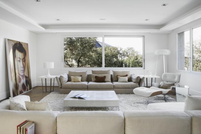 sala de estar en beige con grande pintura apoyada en el suelo, salones modernos bonitos, sofá en beige y ventanales