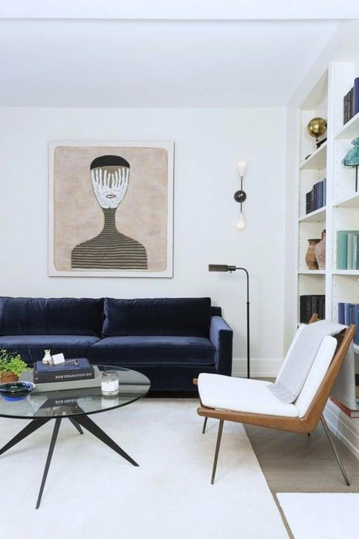 ideas sobre como decorar salones modernos, sofa en azul oscuro tapizado en terciopelo, estanterias con libros