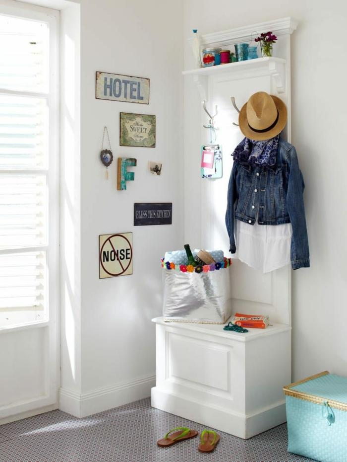 recibidores decorados de manera original, muebles pintados en blanco, decoración con toque juguetón