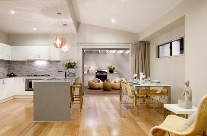 ideas para decorar una cocina americana con grande barra, espacio iluminado, decorado en colores claros, luces empotradas en el techo