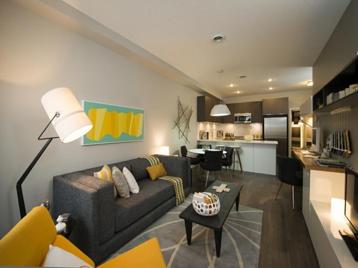 vivienda en estilo moderno con cocina americana, decoración en colores terrosos con detalles en color mostaza, suelo de parquet y muebles de madera
