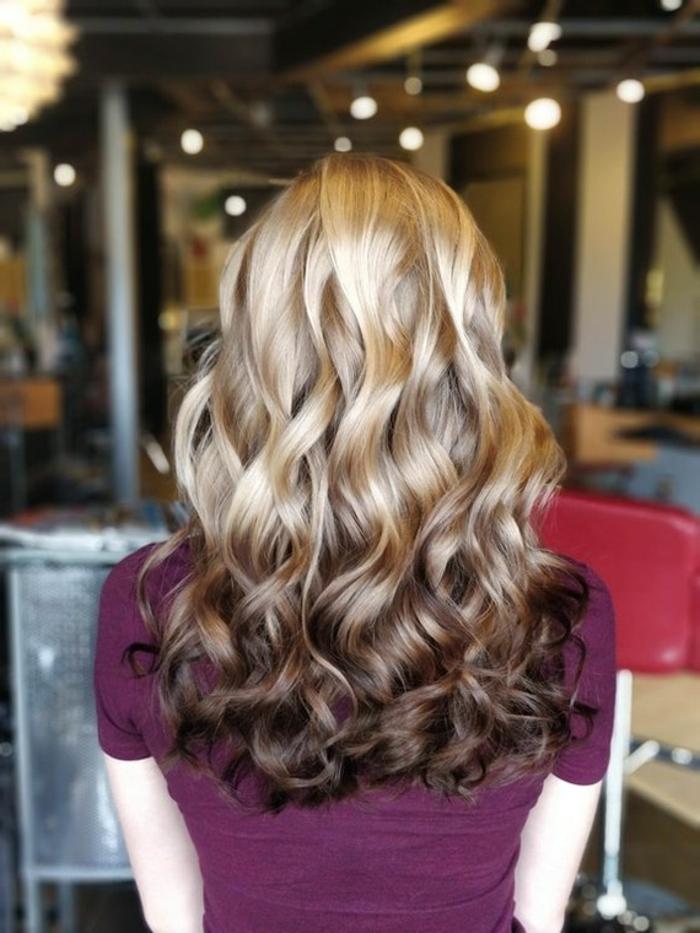 melena de encanto, mechas californianas con magnífico efecto, pelo rizado largo con efecto hombre, cabello rubio con puntas castañas