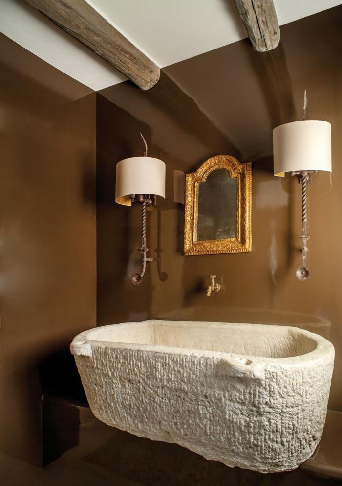 preciosas ideas para decorar el cuarto de baño, espejos para baños en estilo vintage, pequeño espejo con marco dorado, techo con vigas de madera