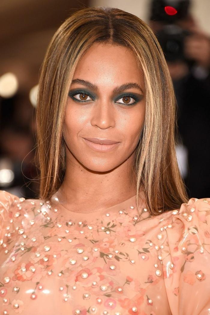 balayage mdoerno, Beyonce con pelo alisado con californianas, pelo castaño claro con mechas rubias, hermoso vestido en color salmón