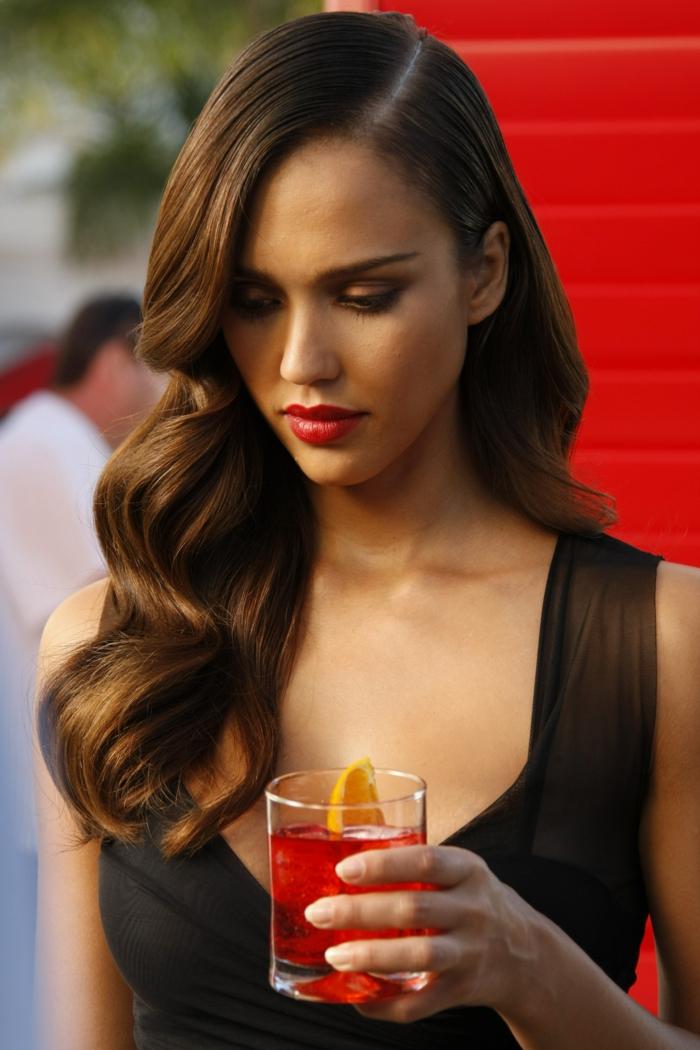 últimas tendencias en los peinados con ondas, Jessica Alba con melena larga ondulada peinada a un lado color caramelo