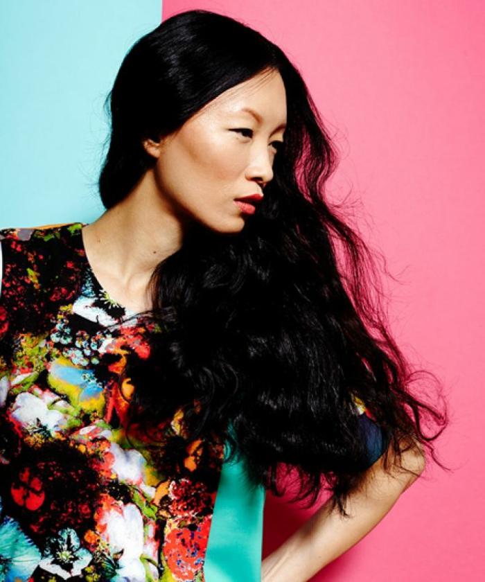 ejemplos de melenas con ondas surferas, pelo muy largo negro con preciosos rizos, mujer con vestido en motivos florales