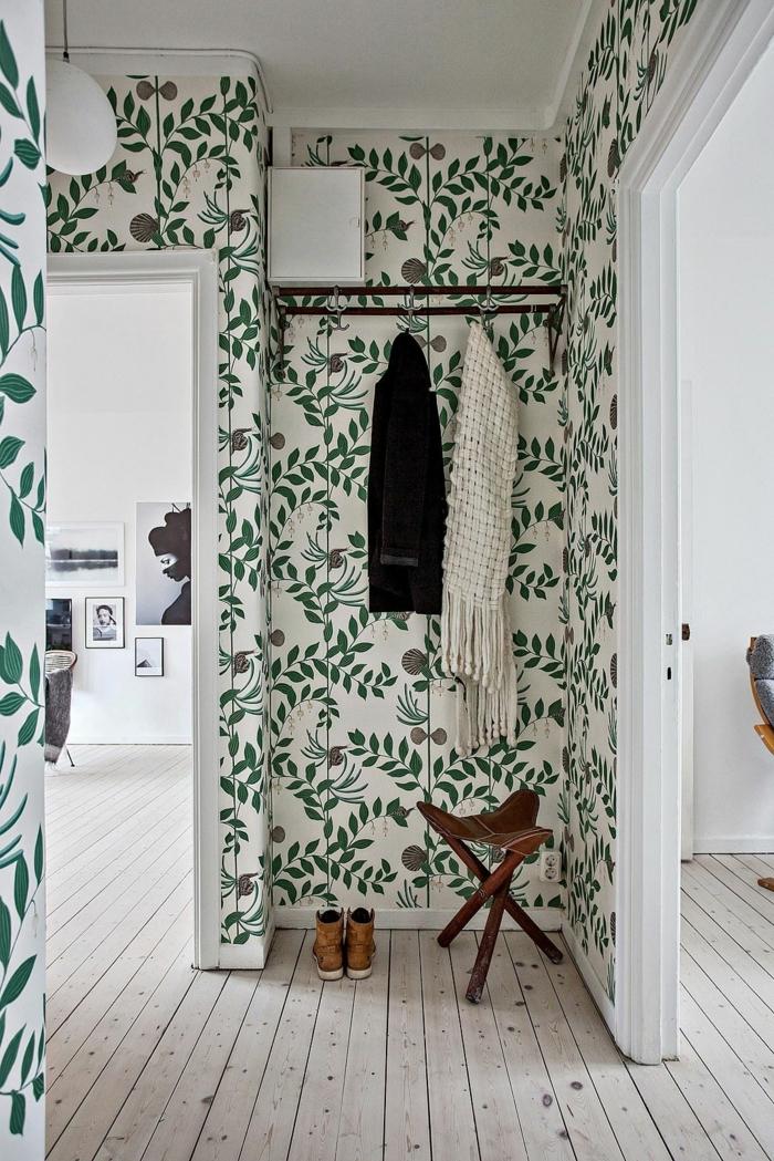 como decorar los recibidores pequeños, pequeño rincón con una silla de tres piernas y perchero, paredes con papel pintado