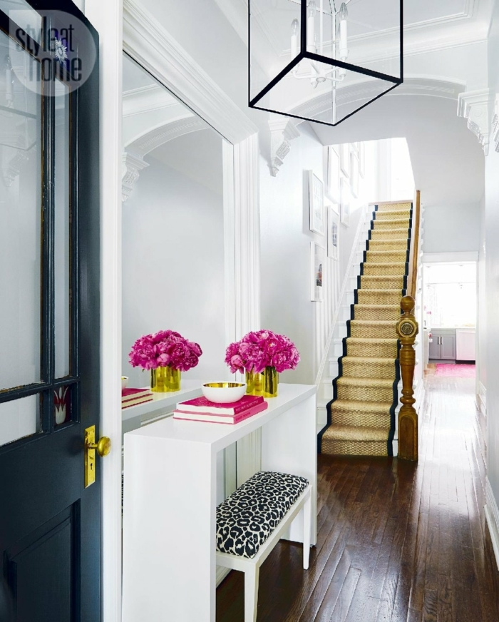 entrada en estilo moderno, recibidores pequeños sofisticados, decoracion de flores, estanteria en blanco, espejo grande y banco