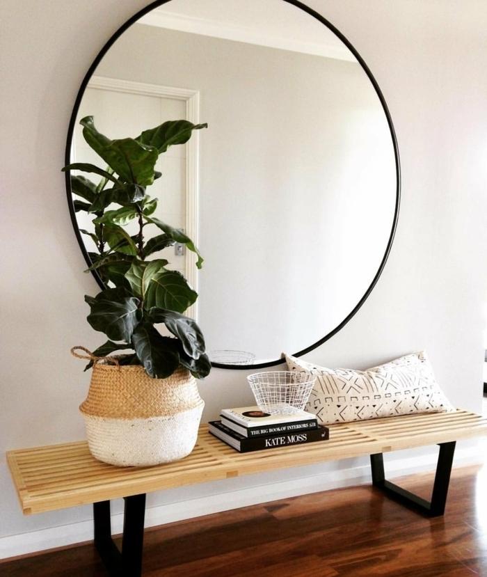 como decorar el recibidor, grande espejo oval en la pared, banco de madera y decoración de flores, ideas de recibidores modernos