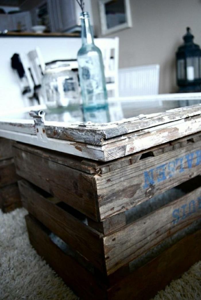 mesa hecha de palets o cajas decoradas, interior en blanco y negro, ideas de proyectos artesanales para hacer en casa
