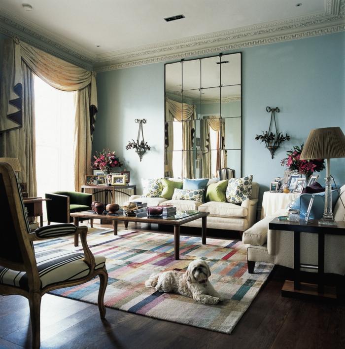 salón de encanto con grande espejo de suelo a techo, paredes en azul celeste, espejos salon de encanto