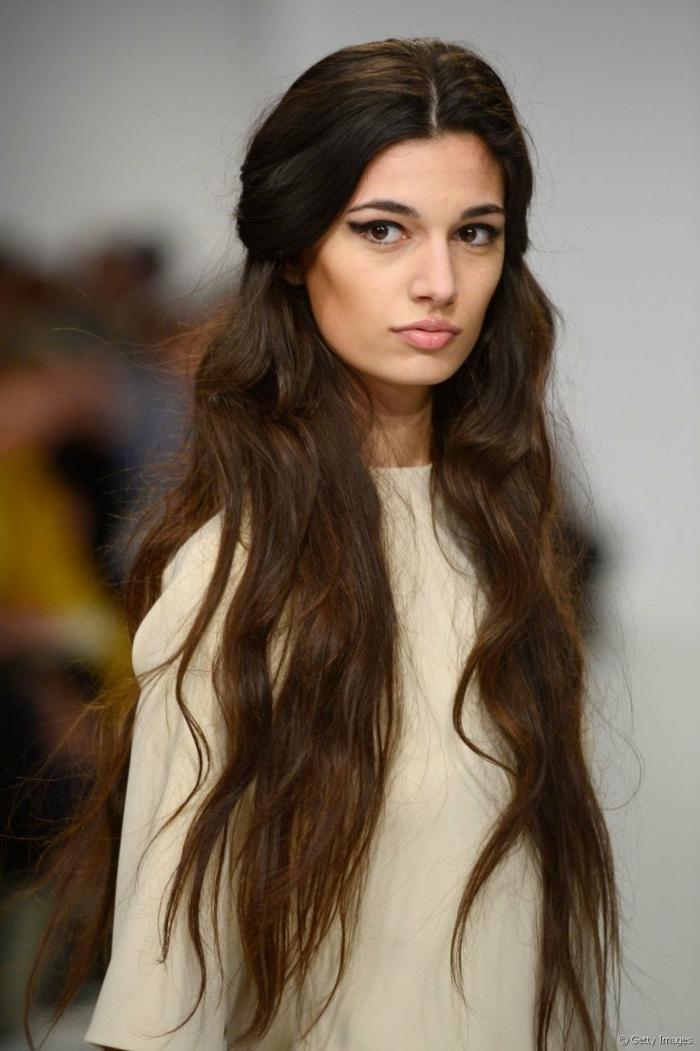 cabello muy largo con balayage, prlo con californianas, melena muy larga en los tonos del castaño ligeramente ondulada