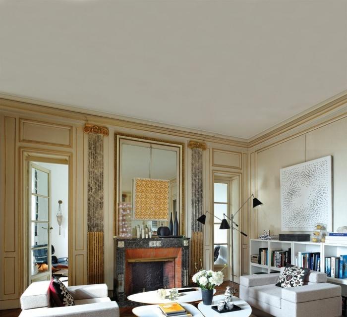 espejos salon en estilo vintage, decoración de salon muy sofisticada, sillones en baige y mesa de diseño moderno