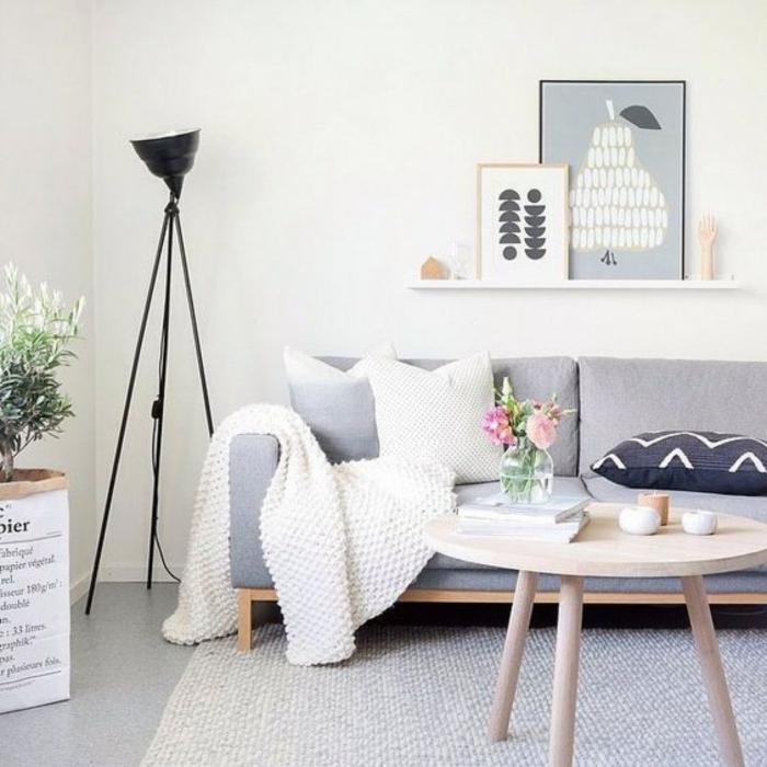 ambiente en colores claros, salón pequeño moderno con muebles de estilo minimalista, paredes en color champán