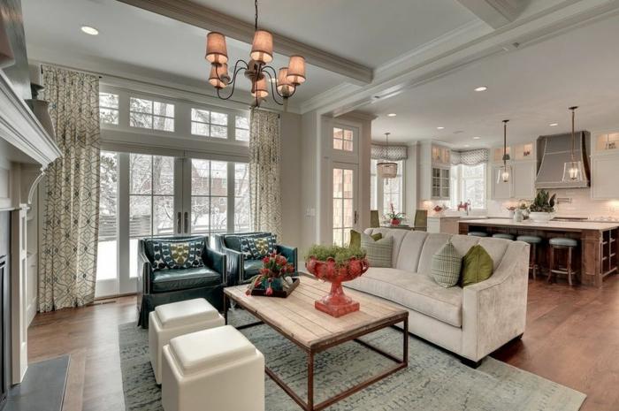 precioso salón decorado en tonos claros, cocina americana con barra y sillas altas, candelabro y sillones vintage