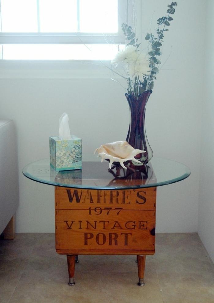 mesa DIY de encanto, manualidades con cajas decoradas, mesa de madera con encimera de vidrio