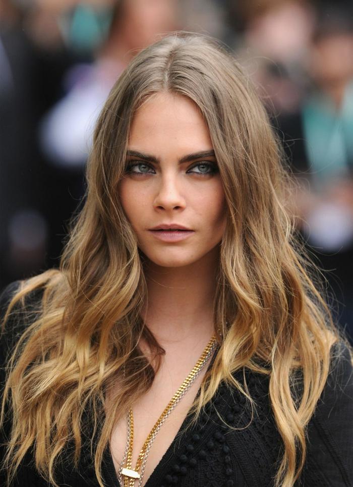 famosas actrices que optan por el pelo con mechas californianas o balayage, Cara Delevigne con pelo suelto ondulado