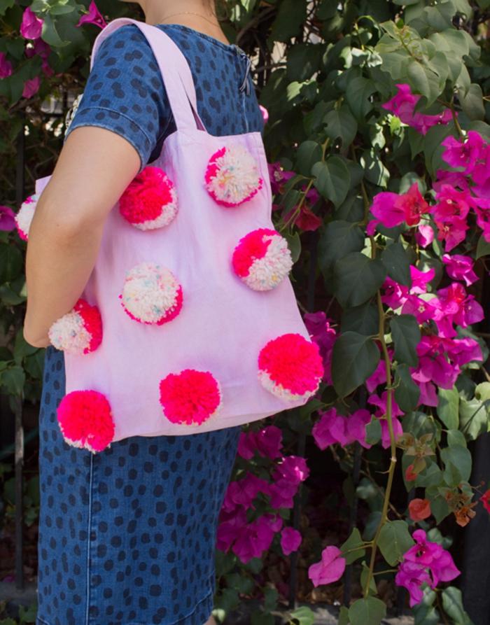 ideas originales con grandes pompones hechos a mano, como hacer pompones con lana en más de dos colores