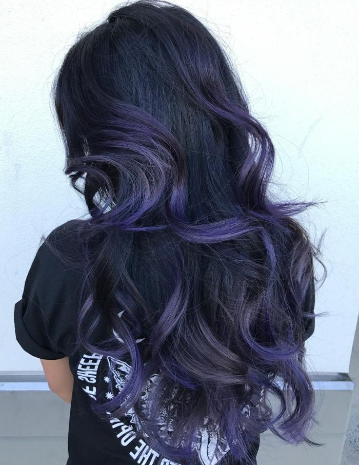 pelo negro largo con californianas, cabello grueso ondulado con mechones en color violeta, técnica fácil de hacer en casa
