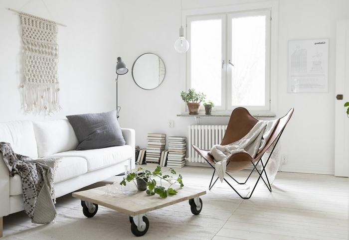 interior en estilo escandinavo, mesa en ruedas hecha de madera con decoración de plantas, diseño moderno y funcional
