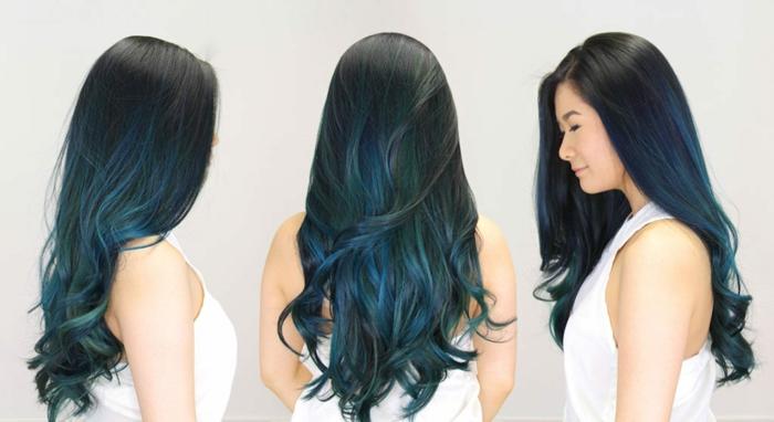 californianas en azul en pelo negro, cabello grueso largo con rizos en las puntas, balayage con colores llamativos