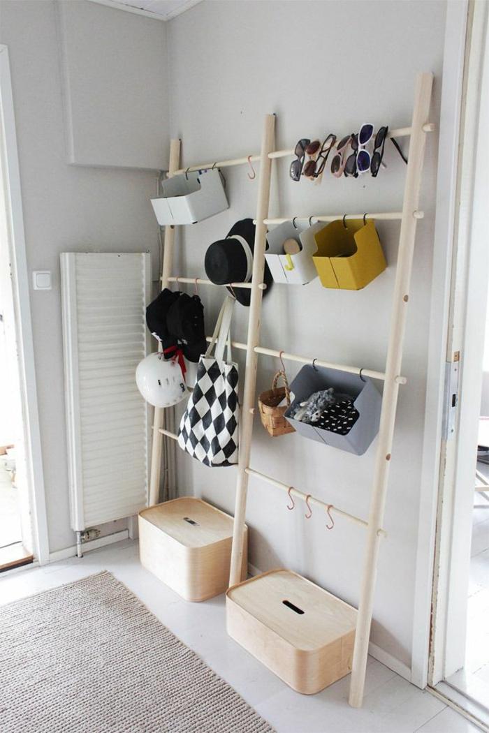 recibidores baratos con una sola estantería vertical de diseño moderno, paredes pintadas en gris y suelo con bladosas